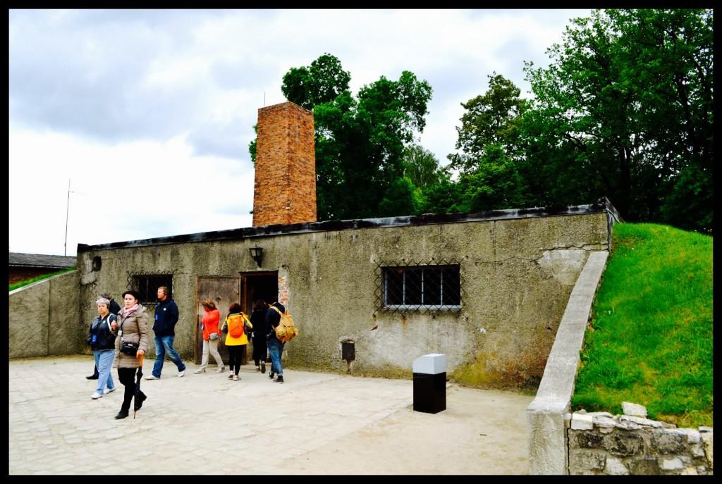 Die ingang na een van die gaskamers by Auschwitz.