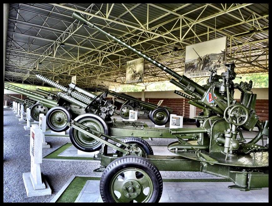 Elke keer wanneer 'n vegvliegtuig deur 'n Noord-Koreaanse lugafweerkanon afgeskiet is, is 'n wit sterretjie op die loop van die betrokke kanon aangebring. Agter die kanon in die voorgrond staan een wat se loop met 109 sterretjies versier is – die Noord-Koreaanse lugafweerbrigade se eie Rooi Baron.