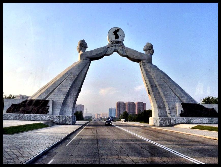 Die Korean Reunification Monument net buite Pyongyang – 'n toonbeeld van die versugting wat daar na Koreaanse hereniging onder die Noord-Koreane heers. Dié monument bestaan uit 70,000 granietblokke, wat die 70 miljoen Koreane wêreldwyd verteenwoordig – 20 miljoen in Noord-Korea, 40 miljoen in Suid-Korea, en 10 miljoen uitgeweke Koreane wat oor die res van die wêreld heen versprei is.