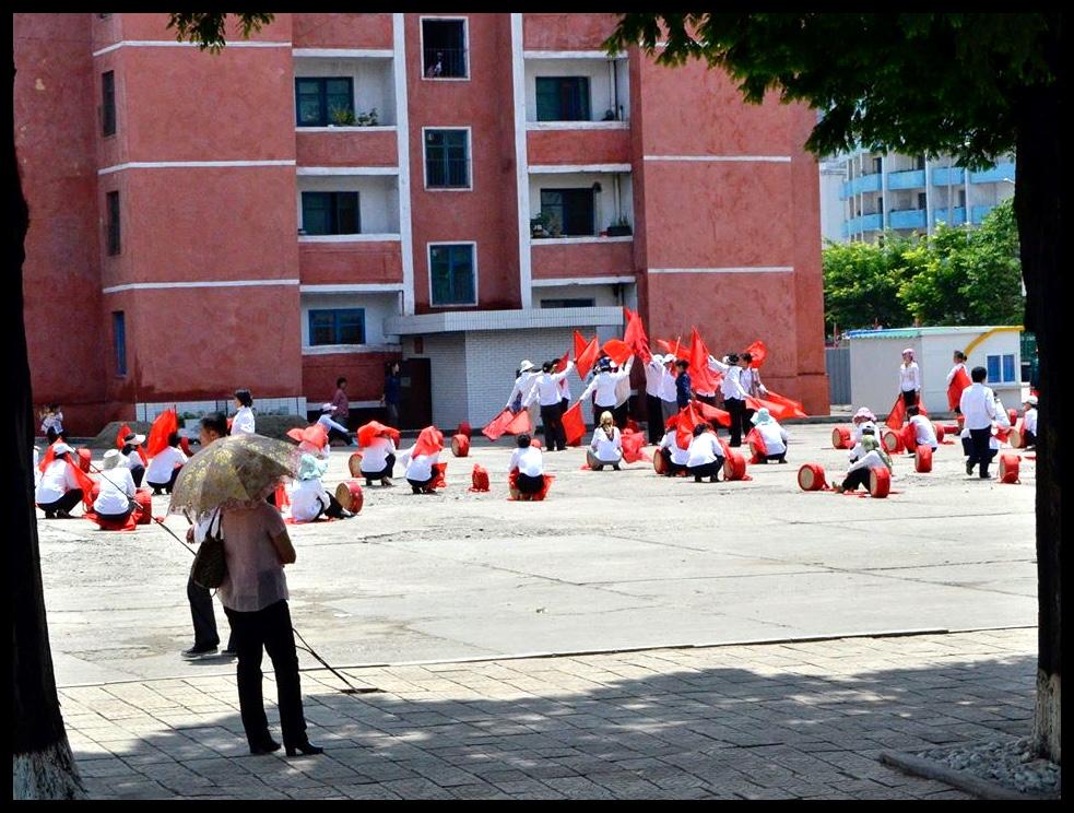 'n Groep vroue besig om voor te berei vir die feesvierings tydens Kim Jong-Ildag.