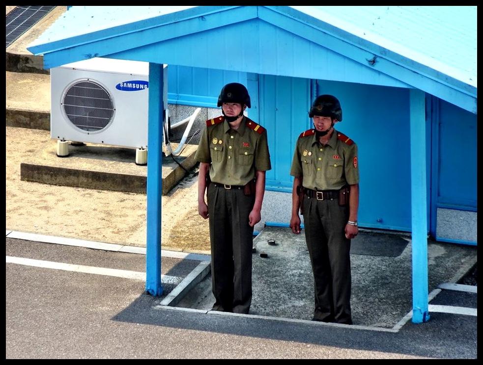 Wagte aan die Noord-Koreaanse kant van die DMZ...neffens 'n Samsung-lugverkoelingstelsel wat sy oorsprong in die gehate Suid-Korea het. O, die ironie.