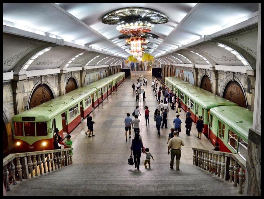 Spitstyd in Pyongyang. Tienduisende pendelaars stroom die ondergrondse treine uit onderweg na hulle onderskeie werksplekke toe.