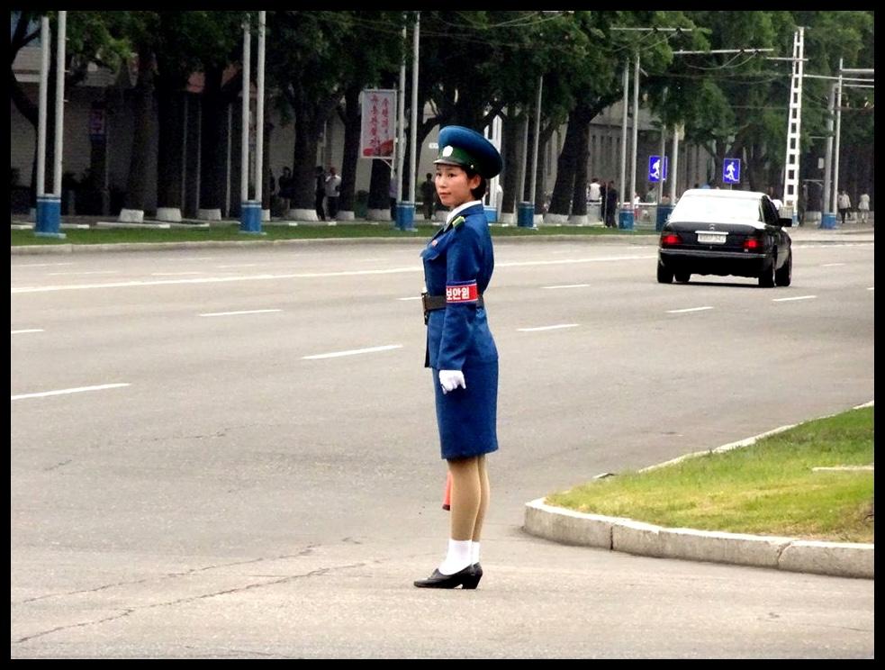 """'n Wyfie-spietkop in Pyongyang. """"Uhm, dame, eeets beeehind yooo!"""""""