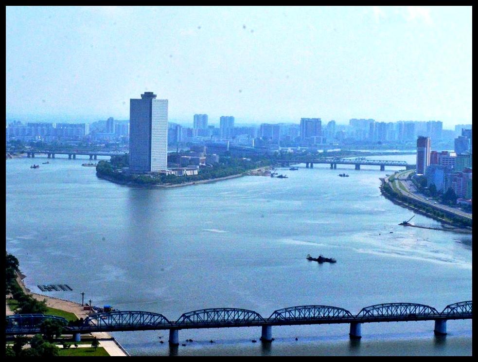 Die hotel waar ons tuisgegaan het is op 'n eiland in die Taedong-rivier gebou.