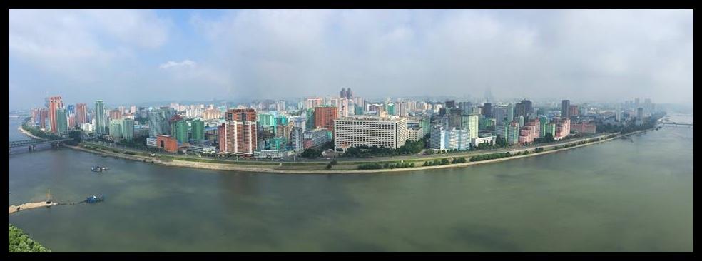 Die panoramiese uitsig oor Pyongyang vanuit my hotelvenster.