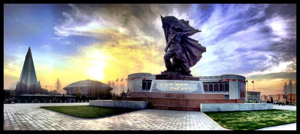 Die befaamde Victorious Fatherland Liberation War Museum. Die meeste monumente en standbeelde in Noord-Korea kreun onder simboliese waarde. Die voetstuk van dié standbeeld is byvoorbeeld 7 meter hoog, terwyl die standbeeld self 27 meter die lug in toring. 7/27. Want op 27 Julie 1953 is die skietstilstand tussen Noord-Korea en die VN-koalisie onderteken.