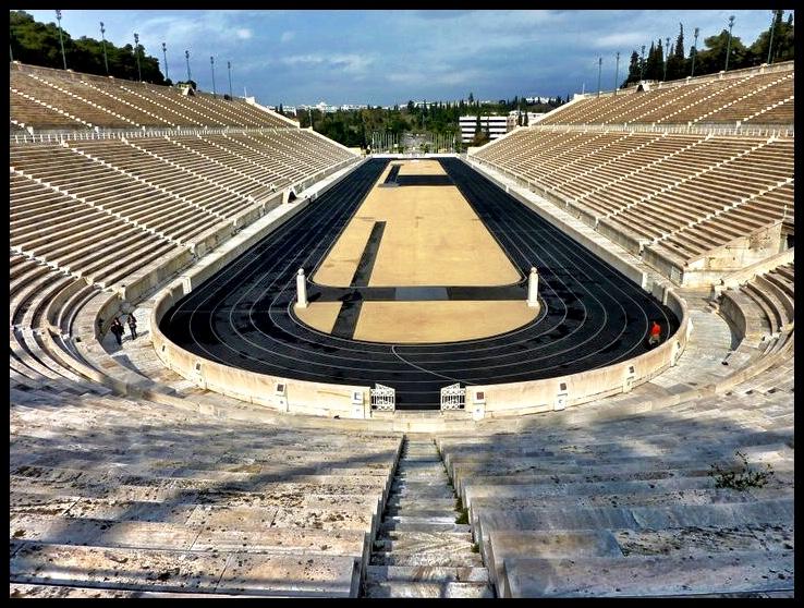 Die Panathinaiko Stadion, waar die eerste moderne Olimpiese Spele in 1896 plaasgevind het. Tien lande het meegeding in nege sportsoorte (atletiek, fietsry, skerm, gimnastiek, kleiduif-skiet, swem, tennis, gewigoptel en stoei).