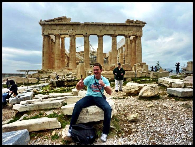 Bo-op die Akropolis voor die Parthenon, wat tydens die 5de eeu BCE deur Pericles gebou is as 'n monument om die kulturele en politieke prestasies van die Atheners te huldig. 'Akropolis' is 'n versamelnaam vir 'n verskeidenheid strukture wat deur die eeue heen op die koppie verrys het. So vind mens byvoorbeeld die Tempel van Nike Athena net buite sig aan die regterkant van dié foto. Nike? As opposed to the similarly named American shoe manufacturer, they did not JUST DO IT. It was in fact built centuries ago.