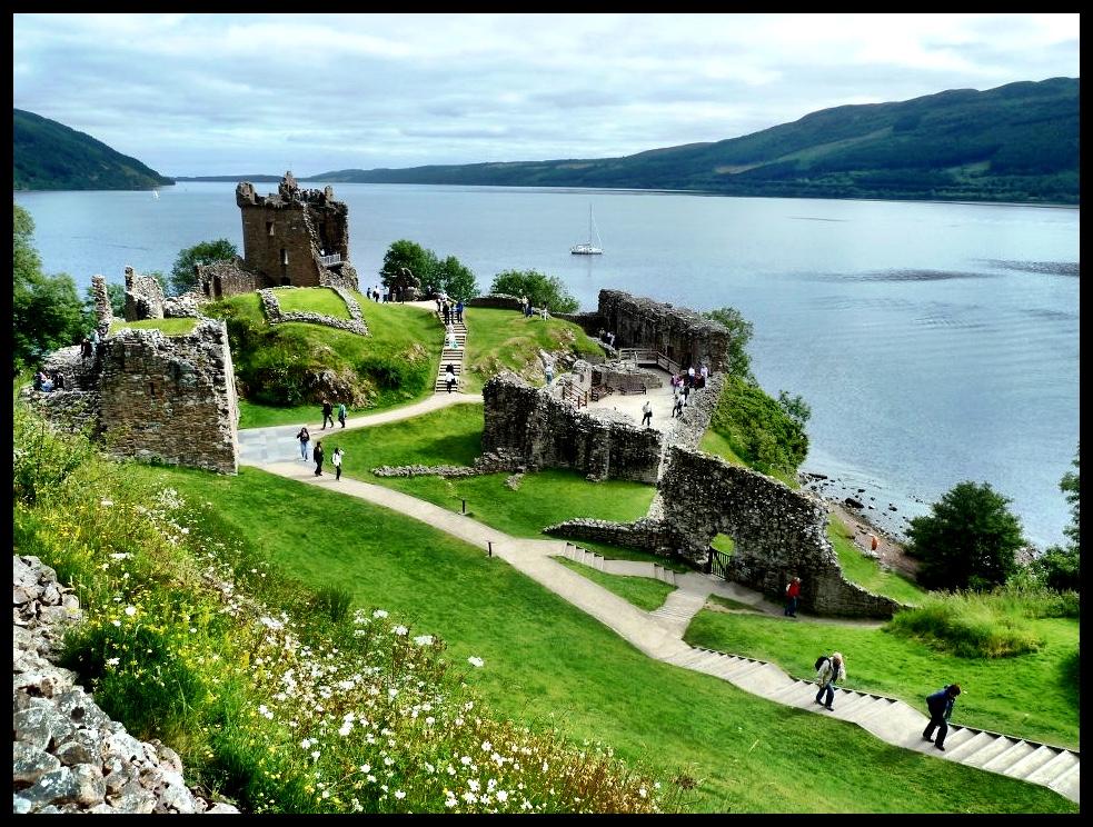 Urquhart Kasteel, op die oewer van Loch Ness.