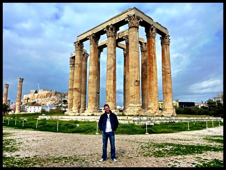Die Tempel van Olimpiër Zeus, met die Akropolis in die agtergrond. Bouwerk hieraan het in 600 BCE 'n aanvang geneem, maar is eers onder die Romeinse Keiserskap van Hadrian in circa 200 CE voltooi. Soos die naam aandui, is dit opgerig ter ere aan Zeus, die main peanut in die Griekse gode-pakkie.  In sy fleur het hierdie panteon uit 104 pilare bestaan, wat 'n asembenewende gesig moes wees vir enigiemand wat uit die antieke platteland 'n reis na die 'groot stad' sou aandurf. Hier is natuurlik ook offers gebring aan die swetterjoel gode wat in antikwiteit 'n ogie oor die gewone sterflinge gehou het. Op dié manier het meer gekloude wesens aan hul einde gekom as tydens die veelbesproke Runderpes-epidemie van 1898. True's Bob.