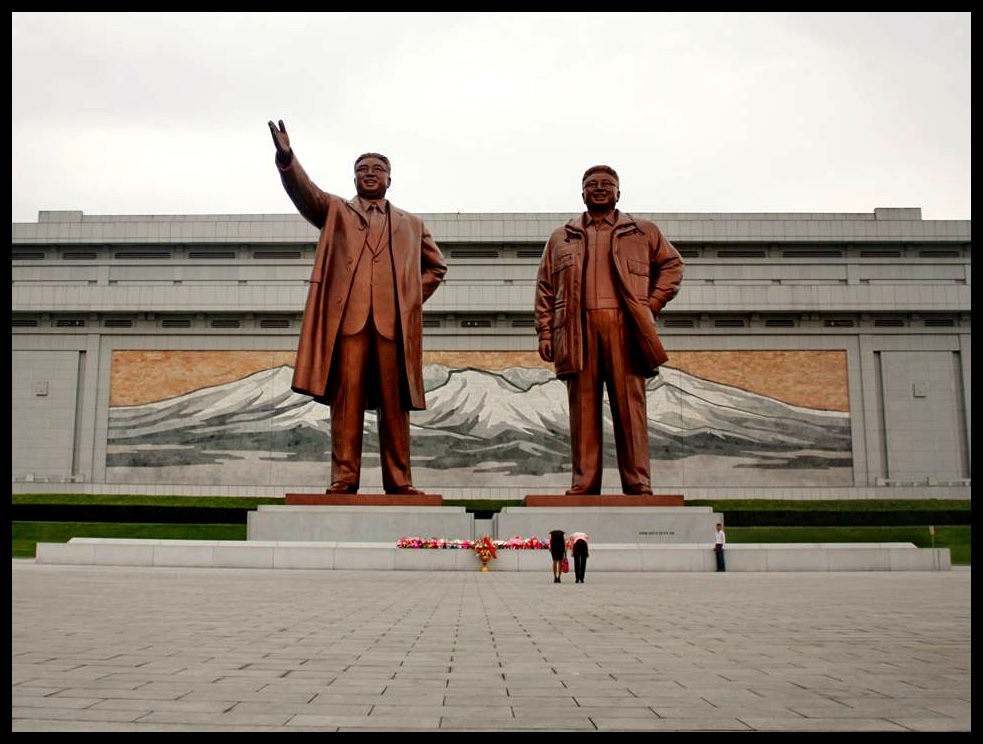 Die reuse-standbeelde van Kim Il-Sung en Kim Jong-Il op Mansu-heuwel. Smile and wave boys, smile and wave.