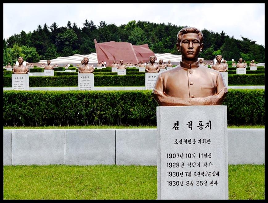 """Die Anti-Japanese Martyr's Park in Pyongyang, waar honderde bronsbeelde van Noord-Koreaanse martelaars wat in die stryd teen die """"Japanese Imperialists"""" omgekom het, uitgestal word."""