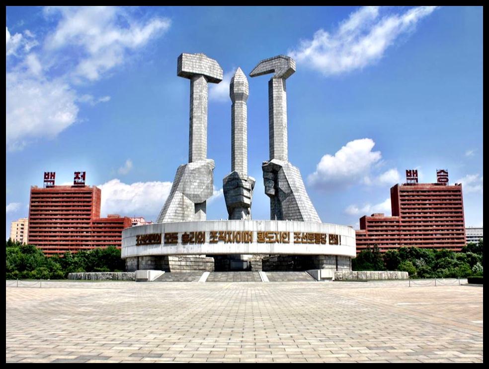 Die Monument van die Party-stigting is in 1995 opgerig om die 50ste herdenking van dié monumentale (pun? O ja!) gebeurtenis te vier. Dit reik 50 meter die hemele in - een meter vir elke jaar - en die hamer, sekel en en skryfkwas simboliseer onderskeidelik die Noord-Koreaanse arbeiders, boere en intelligentsia.