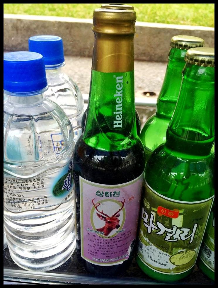 Hierdie is 'n bier. 'n Heineken, om presies te wees. 'n Heineken met 'n Noord-Koreaanse etiket daarop geplak, om 'n honderd persent presies te wees.