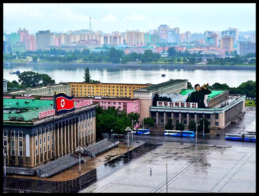 Kim Il-Sungplein, waar die militêre parades wat 'n mens nou en dan op die nuus sien, plaasvind.