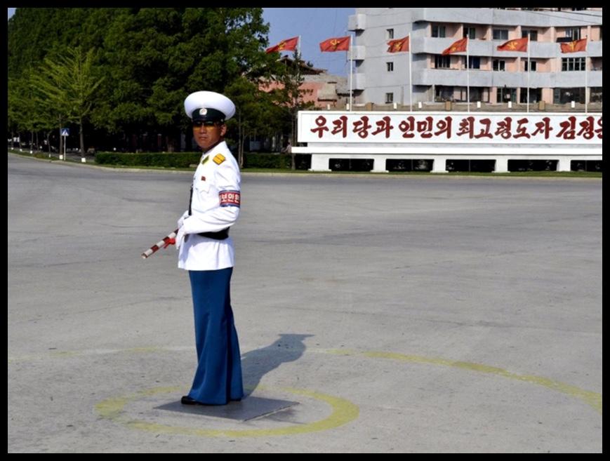 'n Verkeerspolisieman in Kaesong. Met daardie indrukwekkende uniform sal enige motoris in sy spoor trap, maar soos wat duidelik uit dié foto afgelei kan word is verkeersopeenhopings nie eintlik 'n ding wat die regime enige hoofbrekens besorg nie.