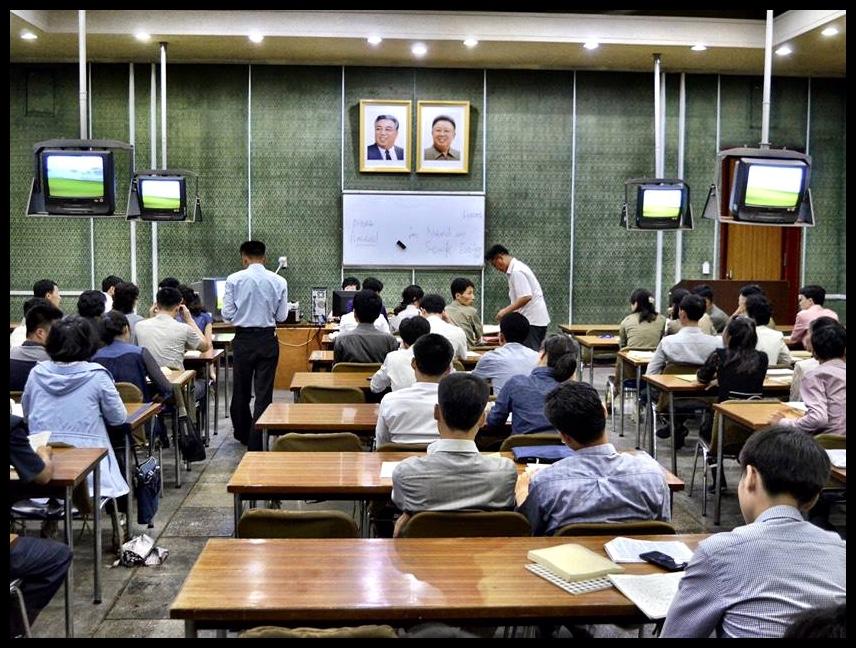 'n Studielokaal in die Grand People's Study House, waar lesse in rekenaarprogrammering aangebied word. Ek kan nie doodseker wees nie, maar ek vermoed dat LOGO nog steeds hier onderrig word.