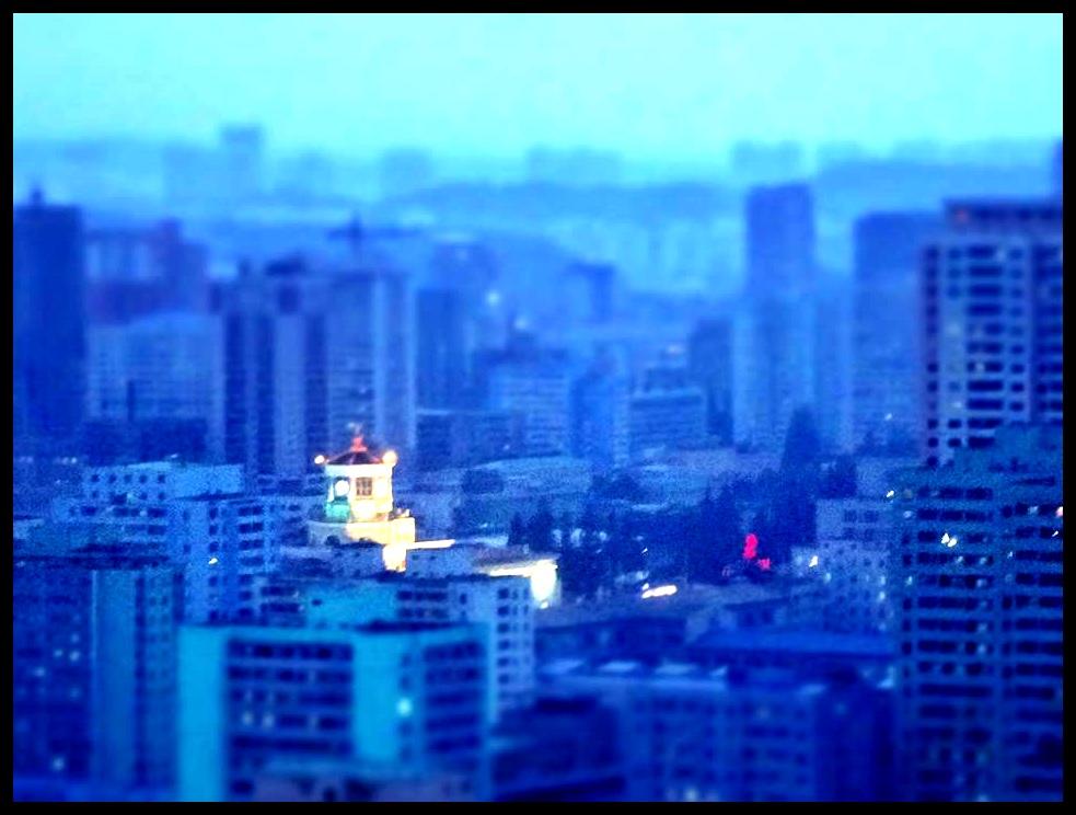 Weens die nypende kragtekorte is die grootste deel van die stad saans in donkerte gehul...behalwe natuurlik vir daardie geboue waarop die gesigte van Die Leiers afgeëts is.